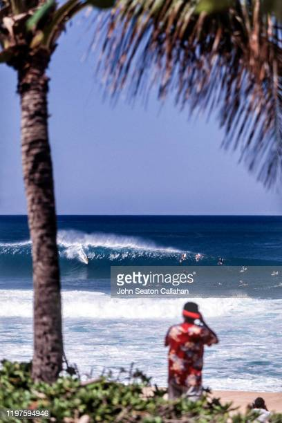 usa, hawaii, winter surfing at the pipeline - waimea bay stock pictures, royalty-free photos & images