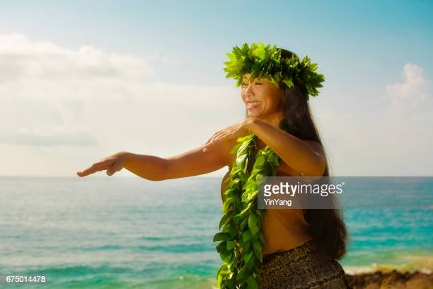 Hawaiian Hula-Tänzer Tanzen am Strand