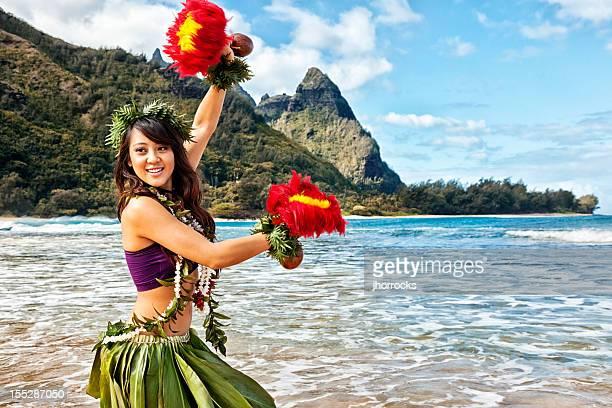 ハワイのフラダンサーにビーチにレッドのフェザー作る