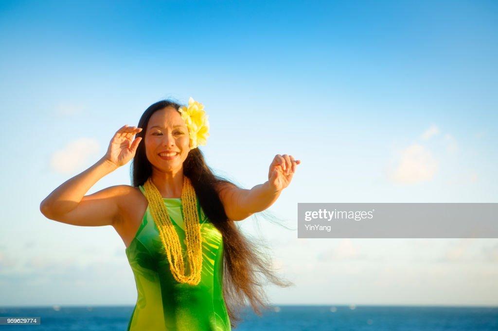 Hawaiian Hula-Tänzerin auf den Strand von Kauai : Stock-Foto