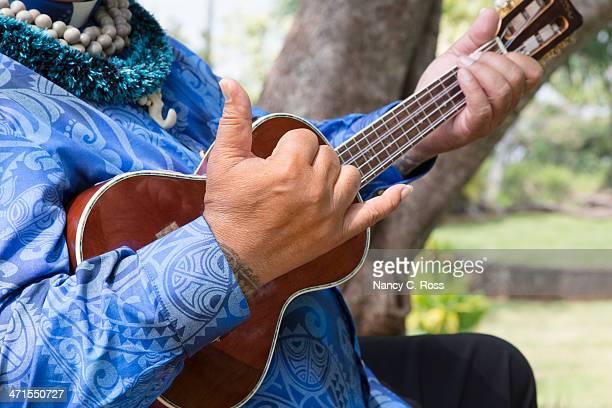 Hawaiian Mann gibt Hang Loose-Schild, wie Man Ukulele spielt, Musik