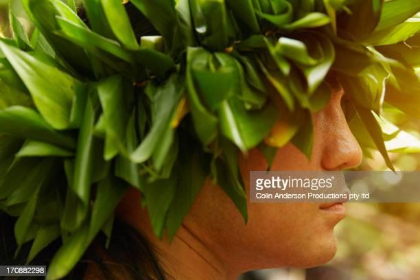 hawaiian man in traditional headgear - coroa enfeite para cabeça - fotografias e filmes do acervo