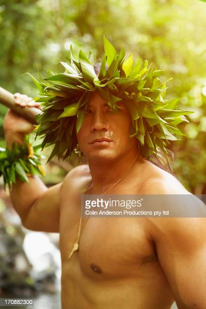 hawaiian man in traditional outfit in jungle - coroa enfeite para cabeça - fotografias e filmes do acervo