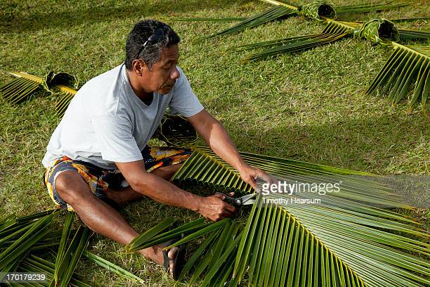 hawaiian man works on palm frond baskets - timothy hearsum fotografías e imágenes de stock