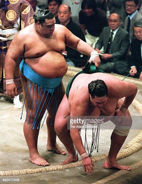 Hawaiian ozeki Musashimaru pushes down Hawaiian yokozuna Akebono to win the tournament during day fifteen of the Grand Sumo Summer Tournament at...
