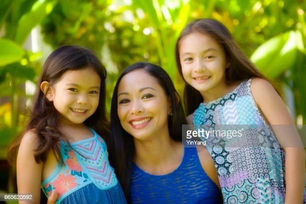 Hawaiian polynesische junge Frau mit heranwachsenden Kindern zwei Töchter