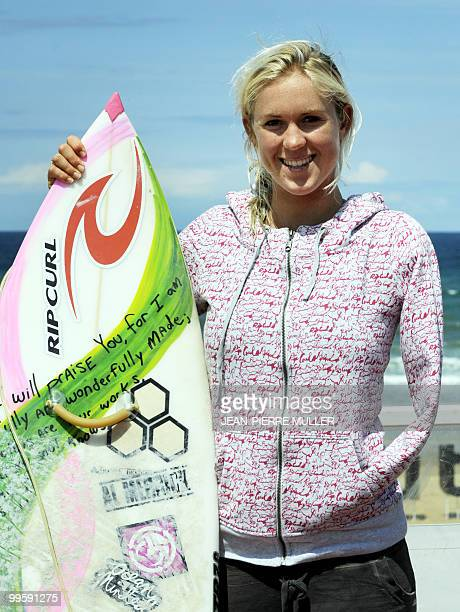'BETHANY HAMILTON UNE SURFEUSE PROFESSIONNELLE AU BRAS AMPUTE PAR UN REQUIN' Hawaiian surfer Bethany Hamilton poses on May 14 2010 with her surfboard...