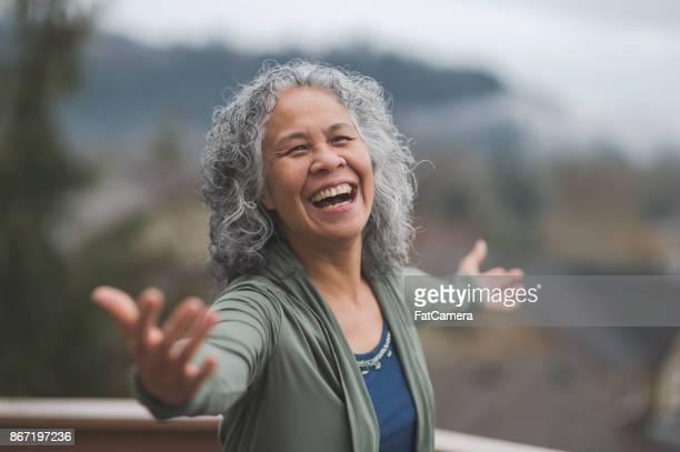 Mujer hawaiana haciendo pose de yoga fuera de