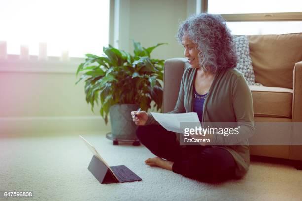 Hawaiiaanse vrouw in woonkamer op laptop