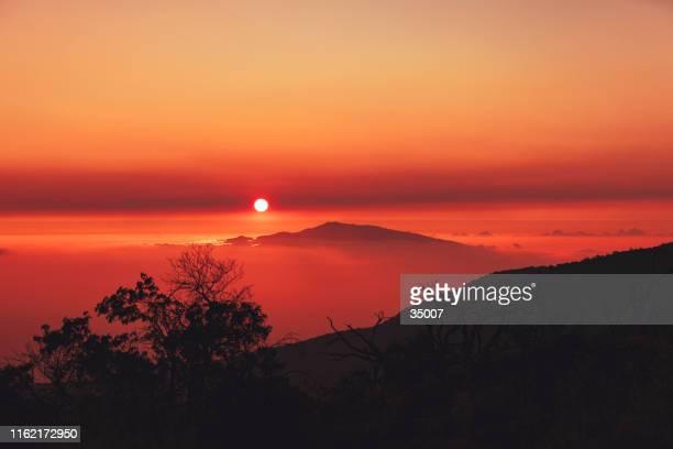 hawaiin sunset over mauna kea and haleakala volcano, hawaii islands - pacific islands stock pictures, royalty-free photos & images