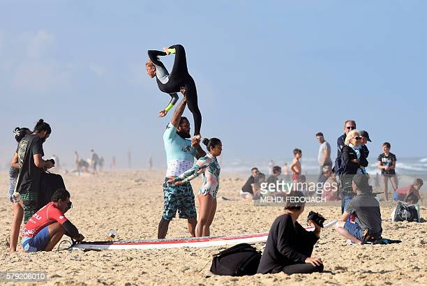 US Hawaii's Jordan Patterson and Angelee Homma train before competing in the International Tandem Surfing Championship on July 23 2016 in Biscarrosse...