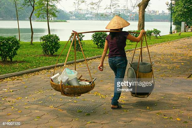 hawker food vendor in hanoi - gwengoat stock pictures, royalty-free photos & images