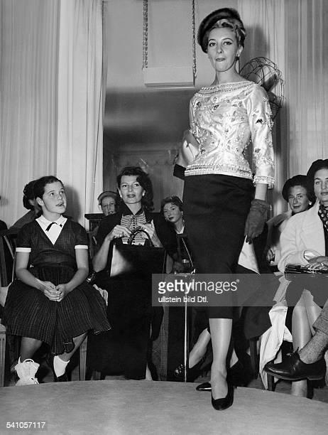 Haworth Rita *Schauspielerin USARita Hayworth mit Rebecca Wellesder Tochter des Schauspielers OrsonWelles bei einer Modenschau imModehaus Balmain 1955