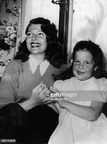 Haworth Rita Schauspielerin USA mit Tochter Rebecca in Gstaad Schweiz 1950