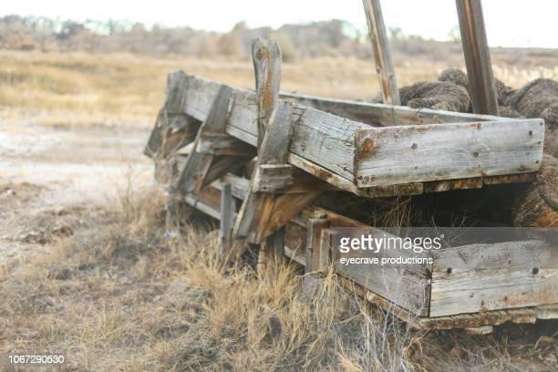 干し草のスタックと木製フィード飼い葉桶の農村背景と表面と屋外テクスチャ西部コロラド州 - 飼い葉桶 ストックフォトと画像