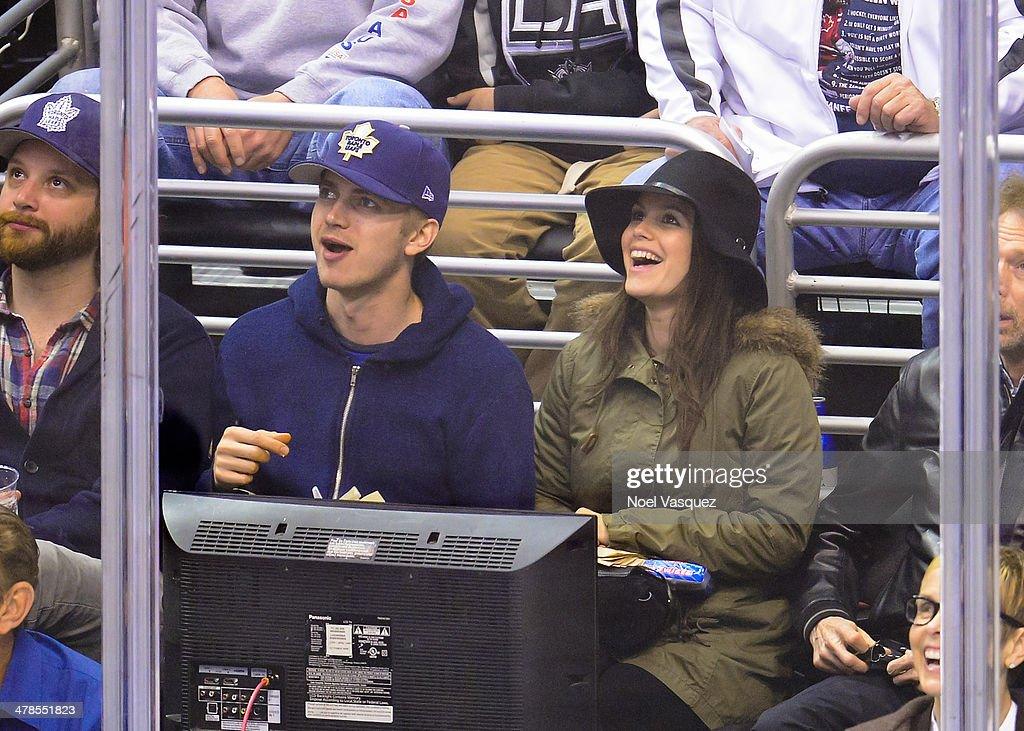 Hayden Christensen (L) and Rachel Bilson attend a hockey game between the Toronto Maple Leafs and the Los Angeles Kings at Staples Center on March 13, 2014 in Los Angeles, California.