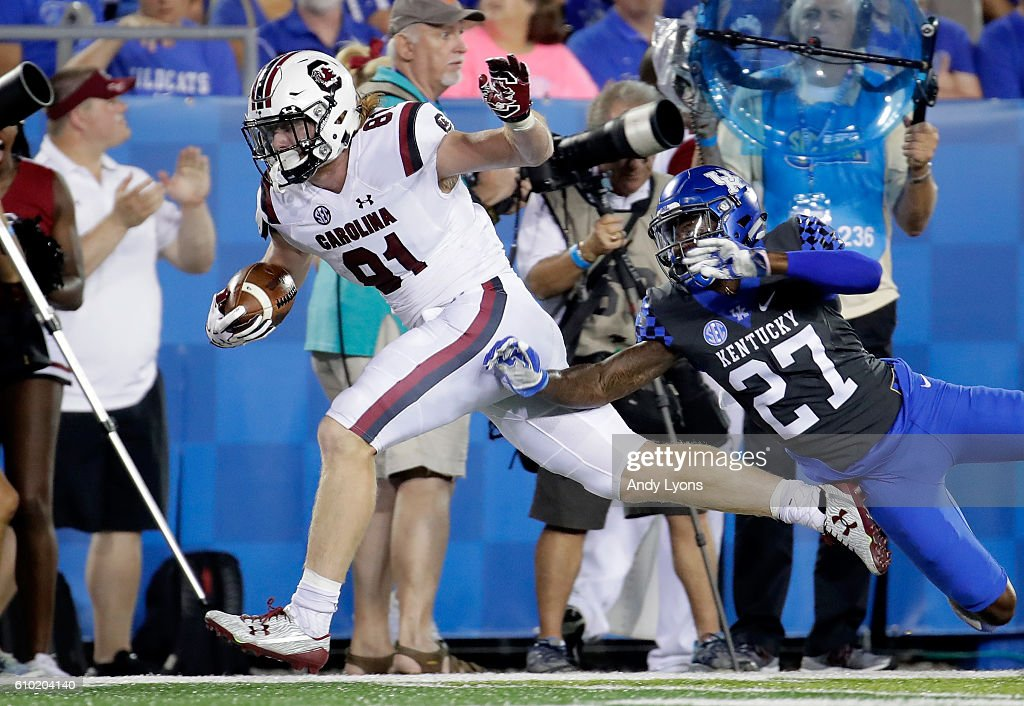Hayden Hurst #81 of the South Carolina Gamecocks runs with the ball against the Kentucky Wildcats at Commonwealth Stadium on September 24, 2016 in Lexington, Kentucky.