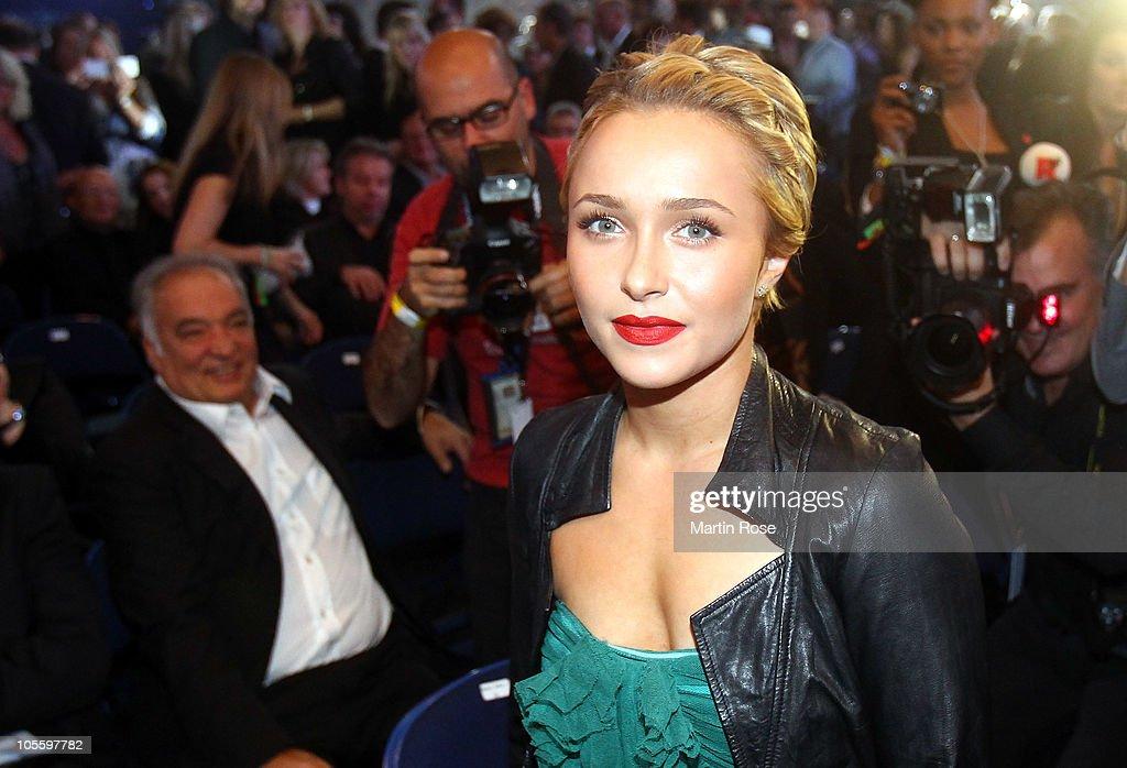 Hayden Panettiere Girlfriend Of Wladimir Klitschko Poses Before The