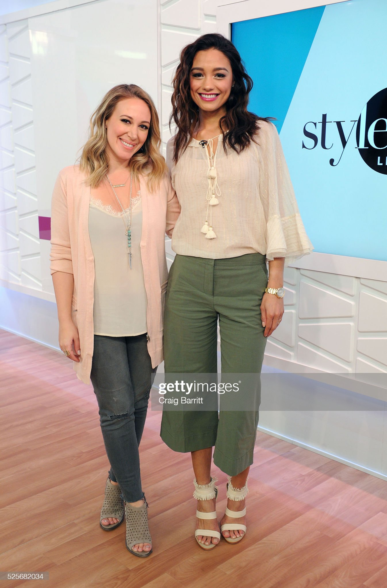 ¿Cuánto mide Rachel Smith? - Real height Haylie-duff-and-rachel-smith-on-the-set-of-amazons-style-code-live-on-picture-id525682034?s=2048x2048