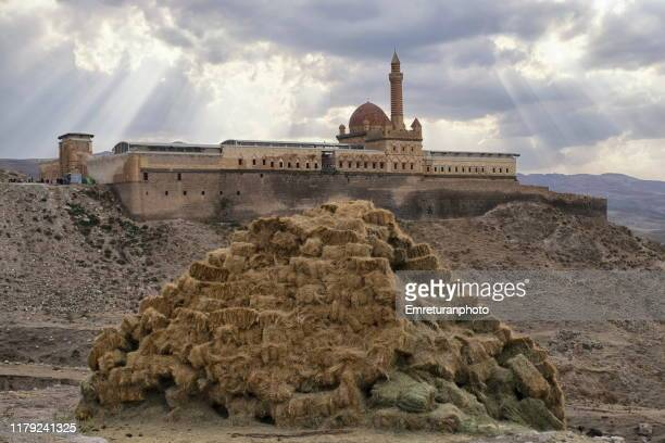 haystack in front of isak pasa palace , dogubayazit. - emreturanphoto stock pictures, royalty-free photos & images