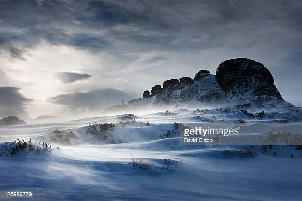 haytor rocks after a heavy snow fall, spin drift carried across the ground by strong winds, dartmoor, devon, england, uk, february 2009 - イングランド南西部 ストックフォトと画像