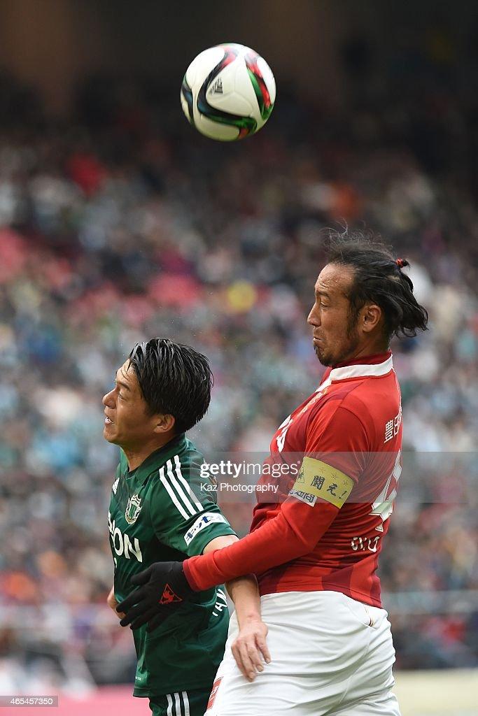 Hayuma Tanaka of Matsumoto Yamaga and Marcus Tulio Tanaka of Nagoya Grampus compete the header during the J. League match between Nagoya Grampus and Matsumoto Yamaga at Toyota Stadium on March 7, 2015 in Toyota, Japan.