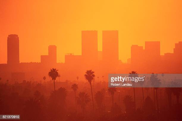 hazy sky over los angeles - de stad los angeles stockfoto's en -beelden