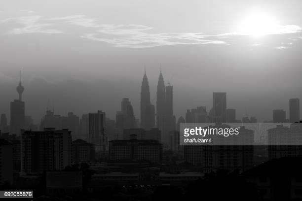 hazy sunset in kuala lumpur (in black & white) - shaifulzamri imagens e fotografias de stock