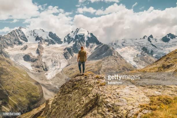 er übernimmt diese hügel wie ein erfahrener wanderer - kanton graubünden stock-fotos und bilder