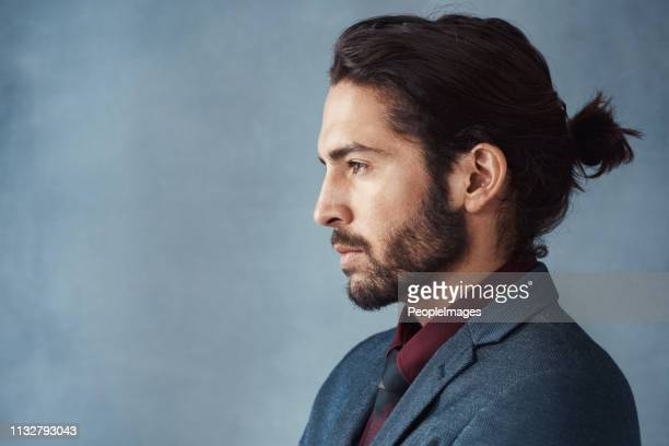 he knows how to wear a man bun - barba peluria del viso foto e immagini stock