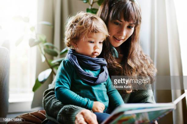 he loves it when i read to him - genitori foto e immagini stock
