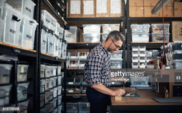 he makes money with his hands - accessorio per le lampade foto e immagini stock