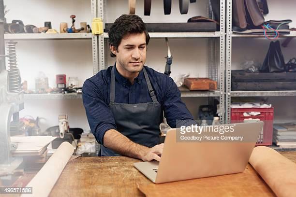 Il vend ses produits en ligne en cuir