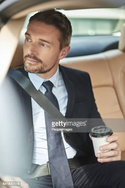 彼はコーヒーの新鮮なカップで毎日を開始します。
