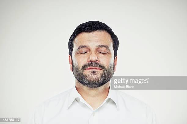 head and shoulders portrait - augen geschlossen stock-fotos und bilder
