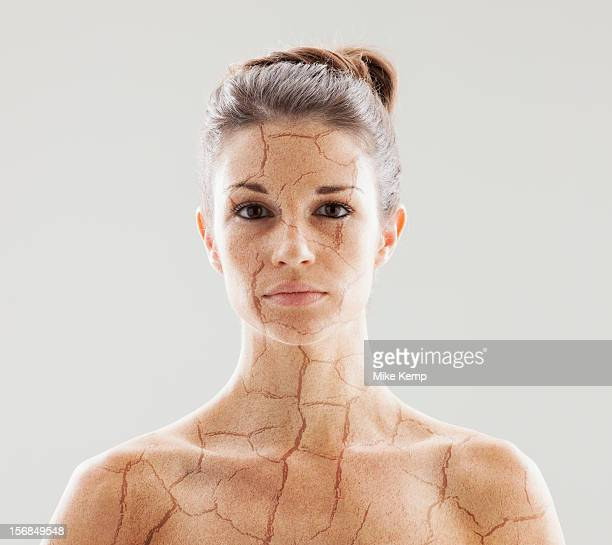head and shoulders shot of woman with cracked skin - sec photos et images de collection