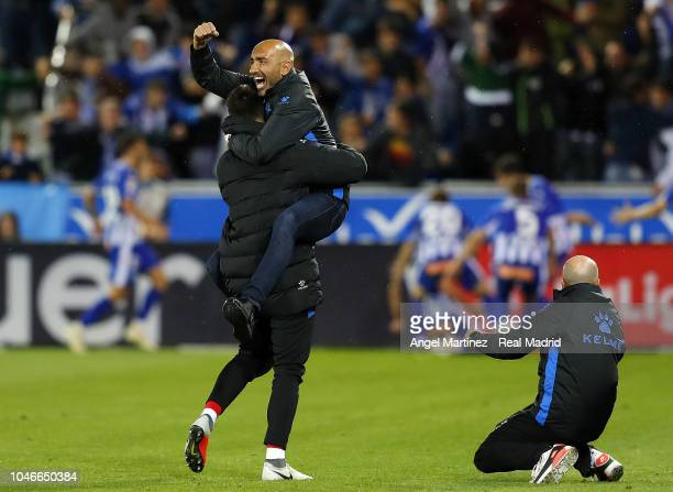 Head coach Abelardo Fernandez of Deportivo Alaves celebrates his team's winning goal during the La Liga match between Deportivo Alaves and Real...