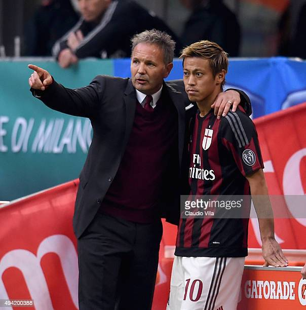 Head coach AC Milan Sinisa Mihajlovic and Keisuke Honda chat during the Serie A match between AC Milan and US Sassuolo Calcio at Stadio Giuseppe...