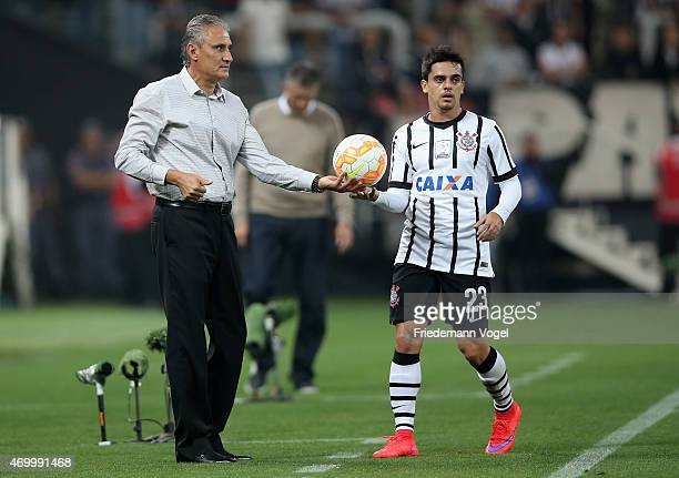 Head coach Adenor Leonardo Bachi and Fagner of Corinthians look on during a match between Corinthians and San Lorenzo as part of Group 2 of Copa...