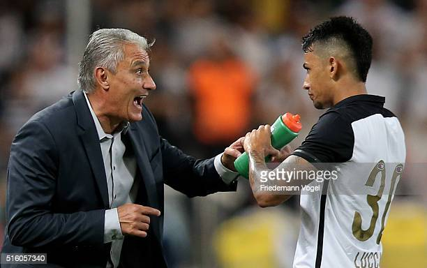 Head coach Adenor Leonardo Bachi of Corinthians gives advice to Lucca during a match between Corinthians and Cerro Porteno as part of Group 8 of Copa...