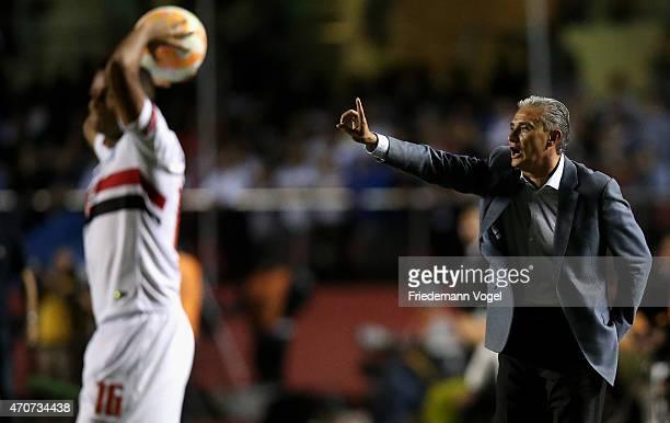 Head coach Adenor Leonardo Bachi of Corinthians gives advise during a match between Sao Paulo and Corinthians as part of Group 2 of Copa Bridgestone...
