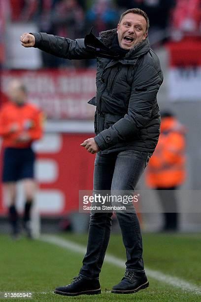 Head coach Andre Breitenreiter of Schalke celebrates his team's third goal between the Bundesliga match between 1 FC Koeln and FC Schalke 04 at...