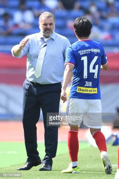 Head coach Ange Postecoglou of Yokohama F.Marinos speaks with Jun Amano during the J.League Meiji Yasuda J1 match between Yokohama F.Marinos and...
