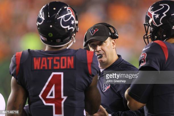 Head coach Bill O'Brien of the Houston Texans talks to Deshaun Watson and Tom Savage against the Cincinnati Bengals during the first half at Paul...