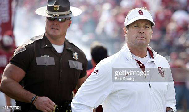 Head Coach Bob Stoops of the Oklahoma Sooners takes the field before the game against the West Virginia Mountaineers October 3 2015 at Gaylord...