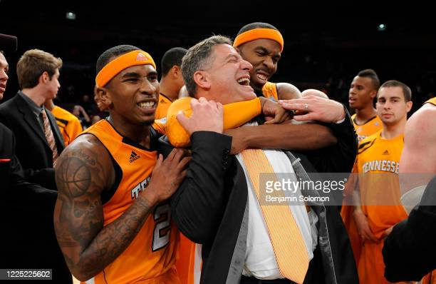 Head coach Bruce Pearl of the Tennessee Volunteers celebrates after a win at Madison Square Garden on November 26, 2010 in New York City.