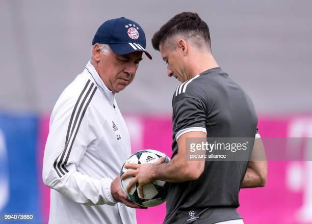 Head coach Carlo Ancelotti and Robert Lewandowski talk during the final training session of Bayern Munich in Munich Germany 11 September 2017 Bayern...