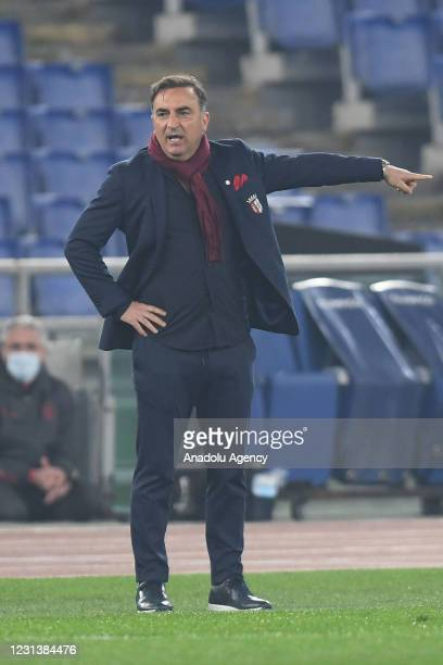 Head coach Carlos Carvalhal of SC Braga gives to tactics to his team during the UEFA Europa League group A match between AS Roma an SC Braga at...