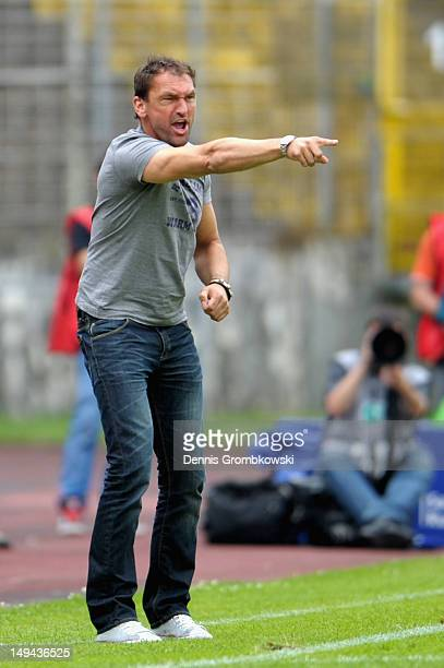 Head coach ClausDieter Wollitz of Osnabrueck reacts during the 3 Liga match between 1 FC Saarbruecken and VfL Osnabrueck at Ludwigspark Stadion on...