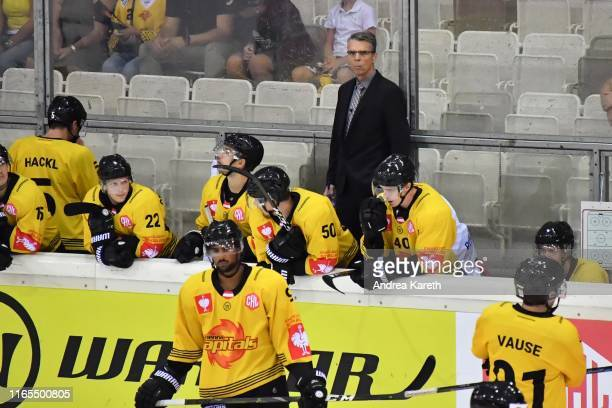 Head coach Dave Cameron of Vienna and his team during the Champions Hockey League match between Vienna Capitals and Djurgarden Stockholm at Erste...